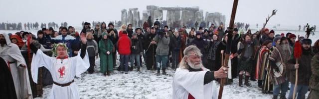 20227_ingleses_modernos_que_quieren_ser_paganos_se_declaran_druidas_y_hacen_rituales_en_el_solsticio_de_invierno_en_stonehenge